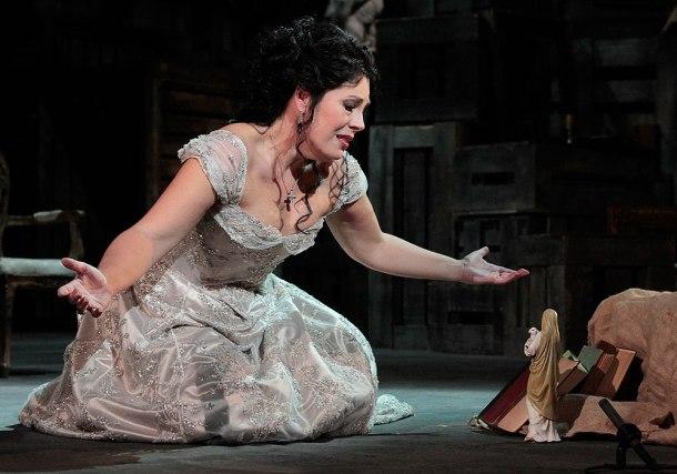 Tosca kneeling (Act 2)