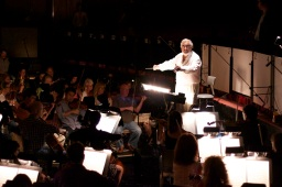 Plácido Domingo conducting