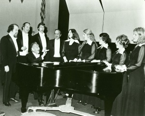 Roger_Wagner_at_piano_with_LAMC_members_circa_1965