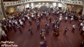 Video of Air Force Band's holiday music flash mob at The Smithsonian