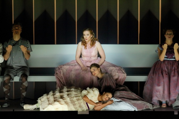 Paula Murrihy (Dido), Kateryna Kasper (Belinda), Summer Hassan (Second Lady), flanked by members of the LA Opera chorus